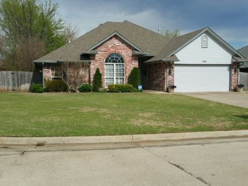 908 Ruby Ln, Midwest City, OK 73130